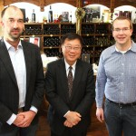 Hoher Besuch im Weingut Peter Kriechel in Ahrweiler: der taiwanische Landwirtschaftsminister Bao-Ji Chen, eingerahmt von Michael (l.) und Peter Kriechel.